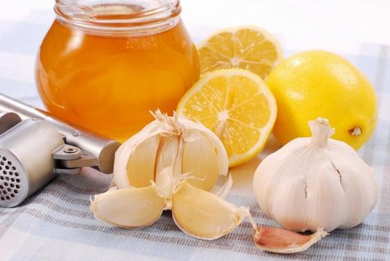 Sposob prigotovleniya sredstva s limonom, chesnokom i medom